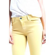 pantalon-vaquero-tobillero-amarillo-con-suaves-arrugas