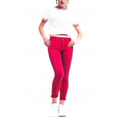 pantalon-vaquero-tobillero-rojo-con-suaves-arrugas